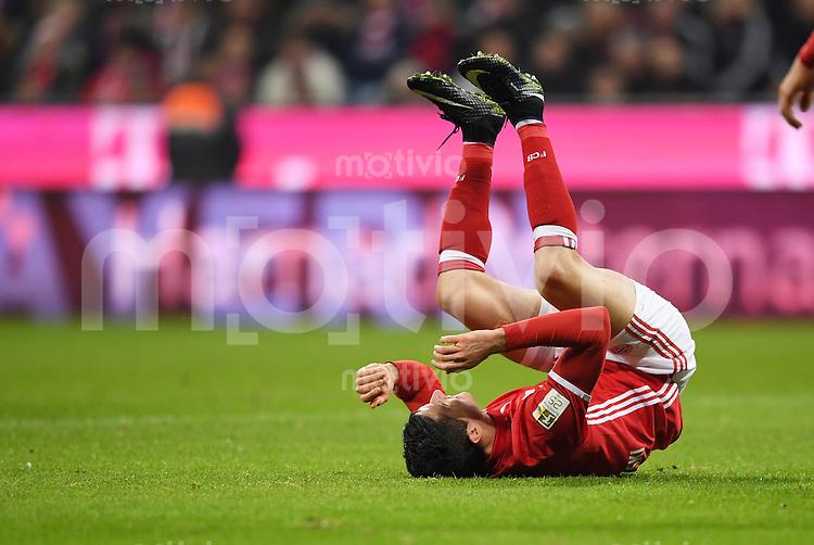 Fussball  1. Bundesliga  Saison 2016/2017  14. Spieltag  FC Bayern Muenchen - VfL Wolfsburg    10.12.2016 Robert Lewandowski (FC Bayern Muenchen) am Boden