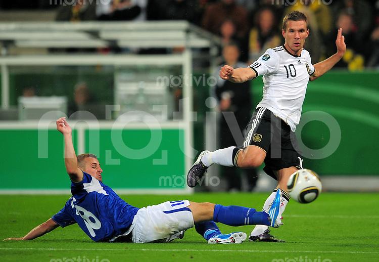 FUSSBALL INTERNATIONAL EM 2012 QUALIFIKATION  GRUPPE A  Deutschland - Aserbaidschan                  07.09.2010 Lukas PODOLSKI (re, Deutschland) gegen Maksim MEDVEDEV (li)