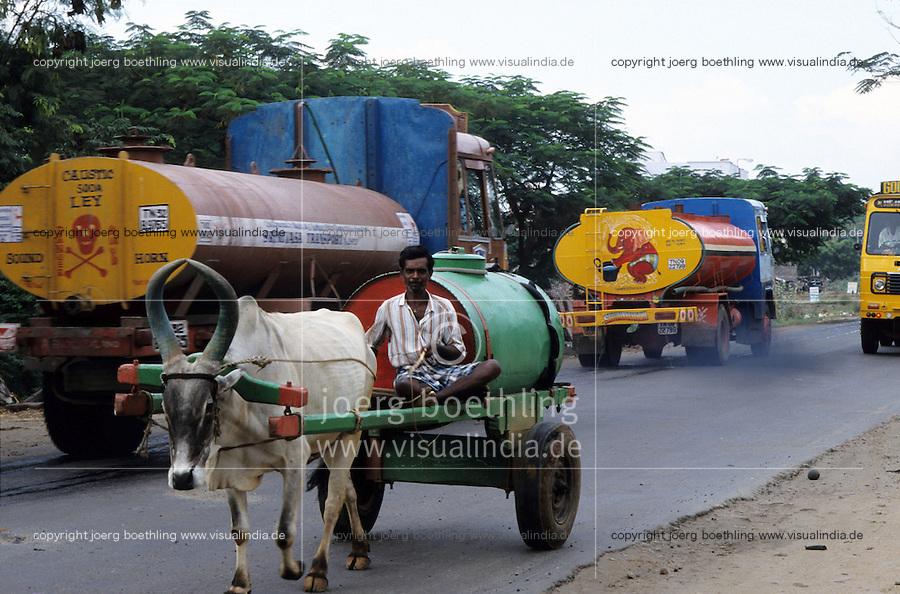 INDIA Tamil Nadu Tirupur, transport of clean fresh water from village wells over long distances, Tirupur is a major textile production center, thousands of dying units consume daily high quantities of water / INDIEN, Transport von Wasser, Tirupur ist eine Textilstandort, tausende Faerbereien verbrauchen taeglich grosse Mengen an Wasser, Wasserknappheit durch fallende Grundwasserspiegel