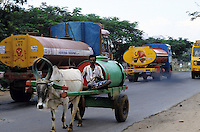 INDIA Tamil Nadu Tirupur, transport of clean fresh water from village wells over long distances, Tirupur is a major textile production center, thousands of dying units consume daily high quantities of water / INDIEN, Transport von Wasser, Tirupur ist eine Textilstandort, tausende Faerbereien verbrauchen taeglich grosse Mengen an Wasser, Wasserknappheit durch fallende Grundwasserspiegel