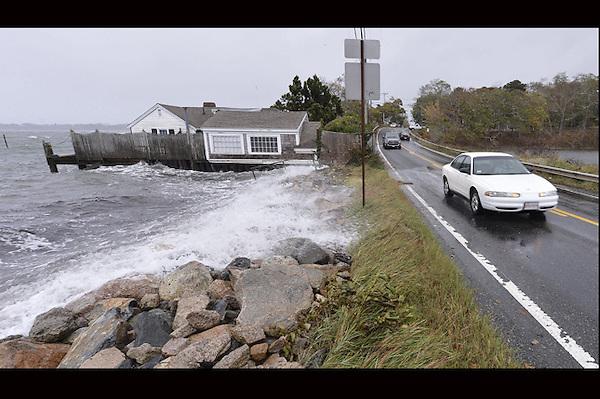 """SH016. MASSACHUSETTS (ESTADOS UNIDOS), 29/10/2012.- Las olas alcanzan la ruta 28 ante la llegada del hurcán Sandy, en Orleans, Massachusetts, Estados Unidos, hoy, lunes 29 de octubre de 2012. El huracán """"Sandy"""", que se encuentra a unos 615 kilómetros al sudeste de la ciudad de Nueva York, sigue ganando fuerza y se espera que traiga una marejada ciclónica junto con vientos de fuerza huracanada, informó hoy el Gobierno. EFE/Matt Campbell"""