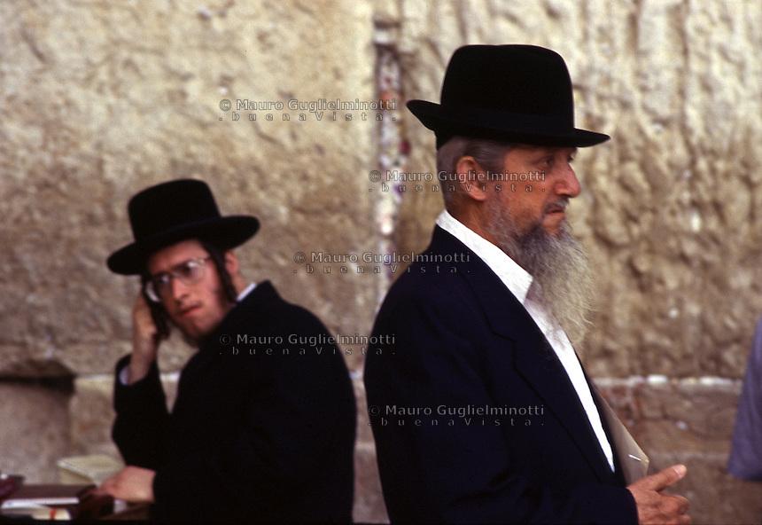 ISRAELE, Gerusalemme: due ebrei ultraortodossi al Muro del pianto.<br /> Si intravedono i fogliettini con le preghieri infilati nel muro.