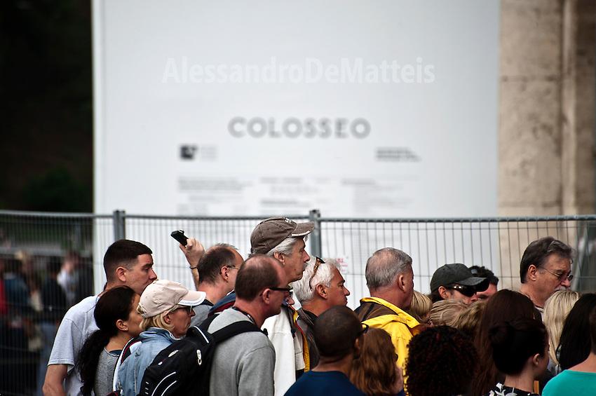 Rome - 2013 - Turisti all'ingresso del Colosseo