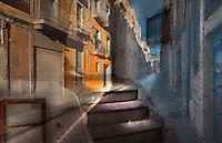 Sol i ombra<br /> <br /> Puja la llum pels esglaons,<br /> s'est&eacute;n per portes i finestres:<br /> el tall prec&iacute;s a les fa&ccedil;anes.<br /> <br /> S'inclina el clarobscur<br /> i fa d'aquest carrer,<br /> d'un univers deshabitat,<br /> un territori de cristall,<br /> refugi fr&agrave;gil<br /> d'una &agrave;nima malalta,<br /> on l'ombra escantellada<br /> escriu<br /> amb un tra&ccedil; lent<br /> el teu retrat.<br /> <br /> Carles Duarte i Montserrat<br /> <br /> <br /> Soleil et ombre<br /> <br /> La lumi&egrave;re monte les marches,<br /> se r&eacute;pand par portes et fen&ecirc;tres :<br /> d&eacute;coupe pr&eacute;cise sur les fa&ccedil;ades.<br /> <br /> Le clair-obscur s&rsquo;incline<br /> et fait de cette rue,<br /> d&rsquo;un univers inhabit&eacute;,<br /> un territoire de cristal,<br /> refuge fragile<br /> d&rsquo;une &acirc;me malade,<br /> o&ugrave; l&rsquo;ombre &eacute;br&eacute;ch&eacute;e<br /> trace<br /> d&rsquo;un trait lent<br /> ton portrait.
