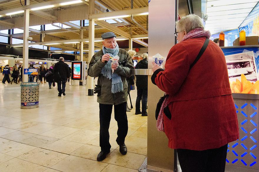 Nederland, Utrecht, 23 jan 2014<br /> Ouder stel eet patatje bij Ladage in Hoog Catharijne, bij station Utrecht CS<br /> <br /> Foto: Michiel Wijnbergh