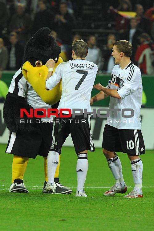 Fussball, L&auml;nderspiel, WM 2010 Qualifikation Gruppe 4 Westfalen Stadion Dortmund ( SIGNAL IDUNA PARK )<br />  Deutschland (GER) vs. Russland ( RUS )<br /> <br /> Lukas Podolski  (Ger /  Bayern Muenchen #10) und Bastian Schweinsteiger ( Ger /  Bayern Muenchen #7) nach dem Spiel mit dem DFB Maskottchen<br /> <br /> Foto &copy; nph (  nordphoto  )<br />  *** Local Caption ***