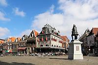 Hoorn - Het standbeeld van Jan Pieterszoon Coen , een vroegere zeeheld, op het marktplein . Het standbeeld is niet geheel onomstreden, omdat Jan Pieterszoon Coen ook gruweldaden verricht zou hebben. Het gebouw in het midden is de Waag, waar vroeger kaas verhandeld werd.