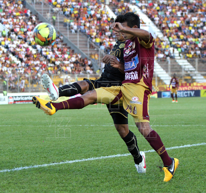 IBAGU&Eacute; -COLOMBIA, 7-07-2013. David Silva (Der) del Deportes Tolima  disputa el bal&oacute;n con Jhonny V&aacute;squez  (Izq) del Itag&uuml;i  durante partido de los cuadrangulares finales, fecha 6, de la Liga Postob&oacute;n 2013-1 jugado en el estadio Manuel Murillo Toro de la ciudad de Ibagu&eacute;./ Davis Silva (Right) Tolima fights for the ball with Jhonny V&aacute;squez (L) of the match Itagui during the final runs, date 6 of the 2013-F1 Postob&oacute;n League played at the stadium Manuel  Murillo Toro in Ibague.<br /> . Photo: VizzorImage/ Felipe Caicedo/ STAFF