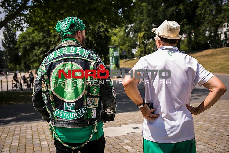 im Bild: Werder Fans erwarten den Mannschaftsbus am Wohninvest Weserstadion, <br /><br /><br />Sport: nphgm001: Fussball: 1. Bundesliga: Saison 19/20: 34. Spieltag: SV Werder Bremen vs 1.FC Koeln 27.06.2020 <br /><br />Foto: Rauch/gumzmedia/nordphoto<br /><br />EDITORIAL USE ONLY