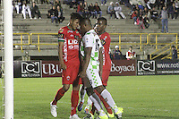 TUNJA -COLOMBIA, 16-09-2015. Pedro Tavima (Der) jugador de Boyacá Chicó se enfrenta con Larry Vasquez (Izq) jugador de Patriotas FC durante partido por la fecha 10 de la Liga Aguila II 2015 realizado en el estadio La Independencia en Tunja./ Pedro Tavima (R) player of Boyaca Chico faces with Larry Vasquez (L) player of Patriotas FC during match for the 10th date of Aguila League II 2015 played at La Independencia stadium in Tunja. Photo: VizzorImage/César Melgarejo/Str