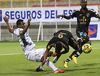 BOGOTA -COLOMBIA. 20-04-2014.  Jorge Ramos(Der)  de Fortaleza F.C. disputa el balon contra Omar Mancilla  del Deportivo  Pasto partido por la fecha 18 de La Liga Postobon 1 disputado en el estadio Metropolitano de Techo . /   Jorge Ramos (R) of Fortaleza F.C.  fights the ball  against  Omar Mancilla of Deportivo Pasto of  18 round during the match  of The Postobon one league  at the Metropolitano of Techo Stadium . Photo: VizzorImage/ Felipe Caicedo / Staff