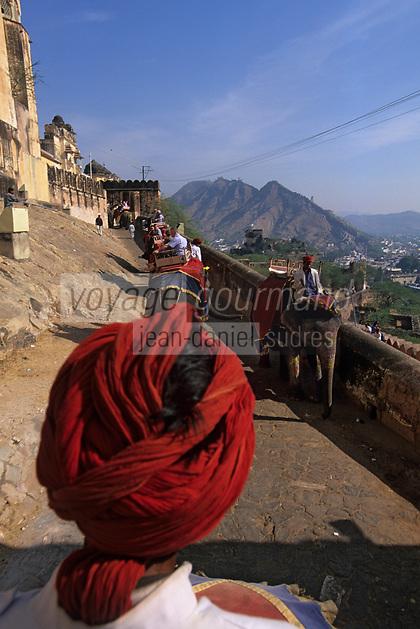 Asie/Inde/Rajasthan/Env Jaipur/Amber: Les éléphants dans la montée vers le palais 16 & 17