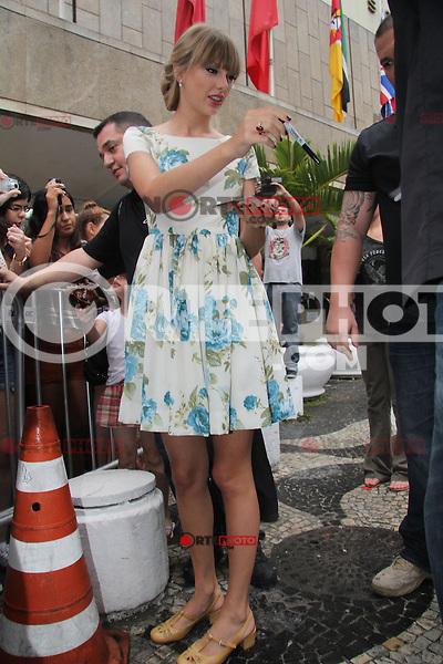 **ATENÇÃO EDITOR, FOTO EMBARGADA PARA AGÊNCIAS INTERNACIONAIS**Rio de Janeiro, RJ 13/09/12 Taylor Swift atende fãs ao sair de seu hotel, em Copacabana, Rio de Janeiro. Foto: Marcio Honorato / Honopix /NortePhoto