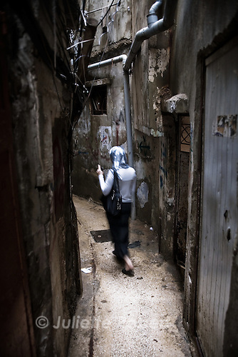A palestinian woman in the small alleys of the palestinian camp of Burj el Barajneh, south of Beirut, Lebanon.<br /> <br /> Dans le d&eacute;dales des ruelles du camp palestinien de Burj El Barajneh, au sud de Beyrouth