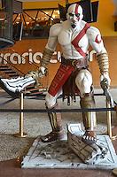 SAO PAULO, 14 DE MARCO DE 2013 - ESTATUA KRATOS CONJUNTO NACIONAL - Uma estatua do personagem Kratos, do game God of War, é vista em exibição no Conjunto Nacional, regiao central, na tarde desta quinta-feira, 14. A estatua é uma promoção do game realizada pela loja Geek. (FOTO: ALEXANDRE MOREIRA / BRAZIL PHOTO PRESS)