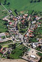 Pirow: EUROPA, DEUTSCHLAND, MECKLENBURG- VORPOMMERN, (EUROPE, GERMANY), 18.08.2007: Mecklenburg, Vorpommern, das Dorf Pirow, Rundling, auch als Rundlingsdorf, Rundplatzdorf bezeichnet, ist eine norddeutsche oder westslawische Siedlungsform..Typisch fuer Rundlinge sind drei oder mehr Hofstellen, die um den Dorfplatz (dem Anger oder Plan) gruppiert sind. Form, Siedlug, Wohnen, Haus. Aufwind-Luftbilder, Luftbild, Luftaufname, Luftansicht.c o p y r i g h t : A U F W I N D - L U F T B I L D E R . de.G e r t r u d - B a e u m e r - S t i e g 1 0 2, .2 1 0 3 5 H a m b u r g , G e r m a n y.P h o n e + 4 9 (0) 1 7 1 - 6 8 6 6 0 6 9 .E m a i l H w e i 1 @ a o l . c o m.w w w . a u f w i n d - l u f t b i l d e r . d e.K o n t o : P o s t b a n k H a m b u r g .B l z : 2 0 0 1 0 0 2 0 .K o n t o : 5 8 3 6 5 7 2 0 9.C o p y r i g h t n u r f u e r j o u r n a l i s t i s c h Z w e c k e, keine P e r s o e n l i c h ke i t s r e c h t e v o r h a n d e n, V e r o e f f e n t l i c h u n g  n u r  m i t  H o n o r a r  n a c h M F M, N a m e n s n e n n u n g  u n d B e l e g e x e m p l a r !.