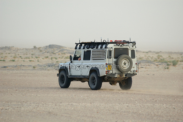 Africa, Mauritania, Sahara Desert. A french tourists Land Rover Defender on a desert piste between Nouadhibou and Choum. --- No releases available. Automotive trademarks are the property of the trademark holder, authorization may be needed for some uses.