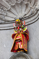 Belgium, Province Brabant, Brussels: Manneken-Pis dressed on the occasion of the Carnival of Oruro (Bolivia) | Belgien, Provinz Brabant, Bruessel: Wahrzeichen Manneken Pis (auch Petit Julien genannt) verkleidet zur Feier des Carnival of Oruro (Bolivien)