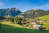 Austria, Tyrol, Berwang: with parish church and summit Thaneller (2341 m) of Lechtal Alps | Oesterreich, Tirol, Berwang: mit Pfarrkirche vor dem Thaneller (2341 m) in den oestlichen Lechtaler Alpen