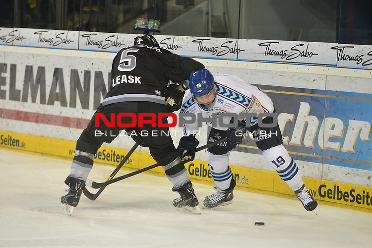 23.12.2012, Arena Nuernberger Versicherung, DEL, Thomas Sabo ice Tigers vs Hamburg Freezers,    Im Bild:<br /> <br /> Rob COLLINS (Hamburg Freezers / rechts) im Zweikampf mit Rob LEASK (Nuernberg Ice Tigers / links). Action / Aktion<br /> Foto &copy; nph / Merz
