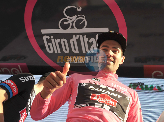 Tom Dumoulin of Giant Alpecin on stage in the pink jersey after the second stage of the Giro d'Italia 2016 in Nijmegen, Netherlands, 07 May 2016<br /> ANSA/LUCA ZENNARO