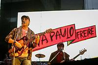 SÃO PAULO, SP 02.06.2019: FESTIVAL LULA LIVRE-SP - No palco Zeca Baleiro. Artistas e militantes se uniram no Festival Lula Livre, que aconteceu na tarde deste domingo (02) na Praça da República, zona central da capital paulista, em protesto contra a prisão do ex-presidente Lula. (Foto: Ale Frata/Codigo19)
