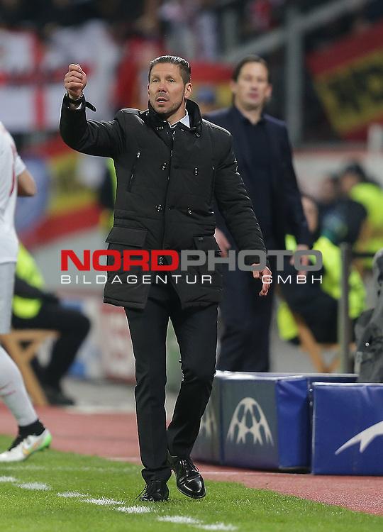 25.02.2015, Bay-Arena, Leverkusen, Championsleague, Bayer 04 Leverkusen vs. Atletico Madrid<br /> Trainer Diego Pablo Simeone (Madrid) fordert die gelbe Karte<br /> Foto &copy; nordphoto /  Bratic