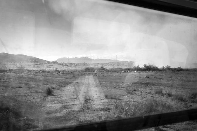 landschaft durch die Scheibe des Zuges nach Shkodra
