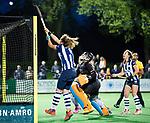 BLOEMENDAAL  - Hockey -  finale KNHB Gold Cup dames, Bloemendaal-HDM . Bloemendaal wint na shoot outs. Hester van der Veld (HDM)  met keeper Diana Beemster (Bldaal) . COPYRIGHT KOEN SUYK