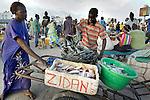 Africa, Afrika, Senegal, 17-09-2011, Dakar, Dakkar, Vismarkt van Dakar, De vis wordt tegen de avond aan wal gebracht door de mannen , waarna de vrouwen de vis verhandelen. een jongen helpt zijn moeder met het inladen van de vis op een kar.. foto: michael Kooren/HH