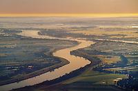 Elbe bei Bunthaus: EUROPA, DEUTSCHLAND, HAMBURG, NIEDERSACHSEN (EUROPE, GERMANY), 29.10.2014 die Elbe teilt sich an der bunthaeuser Spritze und umfliesst Hamburg als Sueder und Norderelbe, In der Bildmitte ist die Norderelbe zu sehen und links die Vier- und Marschlande
