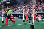Den Bosch  - keeper Sam van der Ven (Ned)  , Sander Baart (Ned)  , Joep de Mol (Ned) betreden  het veld voor   de Pro League hockeywedstrijd heren, Nederland-Belgie (4-3).    COPYRIGHT KOEN SUYK