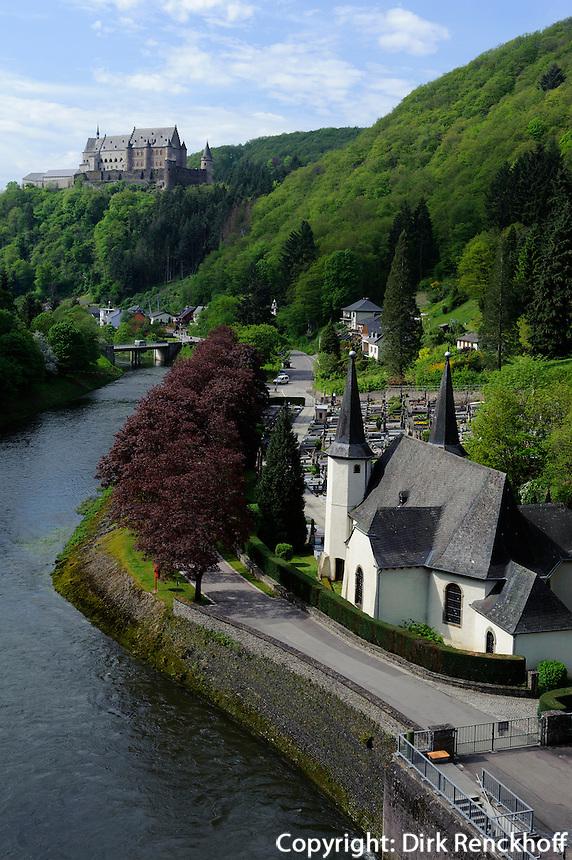 bei der Talsperre der Our, Burg von Vianden, Luxemburg