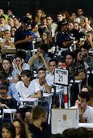 Universita gli studenti si sottopongono Test di ammisione alla facolta di Medicina<br /> nella foto poliziotti alla ricerca di segnali di telefoni cellulari accesi