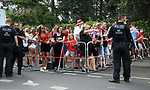 27.06.2020, Stadion an der Wuhlheide, Berlin, GER, DFL, 1.FBL, 1.FC UNION BERLIN  VS. Fortuna Duesseldorf , <br /> DFL  regulations prohibit any use of photographs as image sequences and/or quasi-video<br /> im Bild Unionfans (1.FC Union Berlin) nach dem Spiel an der Einfahrt zum Stadion, Polizei<br /> <br /> <br />      <br /> Foto © nordphoto / Engler