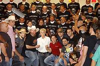 BARRETOS, SP, 22.08.2015 - BARRETOS-2015 - Fernando e Sorocaba, Xuxa, Garth Brooks e Chitâozinho e Xororó durante visita ao Hospital de Câncer de Barretos no interior de São Paulo, neste sábado, 22. (Foto: Paduardo/Brazil Photo Press)