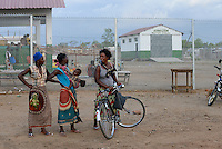 MOZAMBIQUE, Moatize, Cateme, this resettlement was constructed by brazil coal company VALE as compensation for relocated people from Chipanga, where VALE is extending its coal mining operations, market hall / MOSAMBIK, Moatize, Siedlung Cateme, fuer die Erweiterung der Kohlemine des brasilianischen Unternehmens VALE wurde die Ortschaft Chipanga abgerissen, die Bewohner wurden 40 km von Moatize enfernt nach Cateme umgesiedelt, Markthalle
