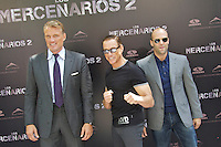 MADRI, ESPANHA, 08 AGOSTO DE 2012 - SESSAO DE FOTOS OS MERCENARIOS 2 - Os atores  Dolph Lundgren (E), Jason Statham (D), e Jean Claude Van Damme (C) durante sessao de fotos do filme Os Mercenarios 2 no Hotel Hitz em Madri na capital da Espanha, nesta quarta-feira, 08. (FOTO: CESAR CEBOLLA / ALFAQUI / BRAZIL PHOTO PRESS).