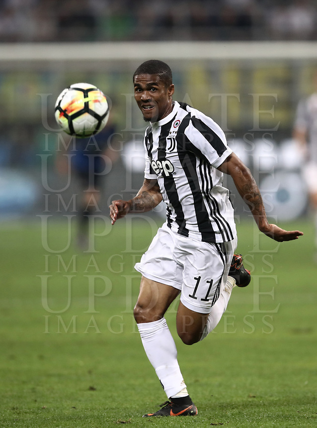 Calcio, Serie A: Inter - Juventus, Milano, stadio Giuseppe Meazza (San Siro), 28 aprile 2018.<br /> Juventus' Douglas Costa in action during the Italian Serie A football match between Inter Milan and Juventus at Giuseppe Meazza (San Siro) stadium, April 28, 2018.<br /> UPDATE IMAGES PRESS/Isabella Bonotto