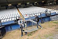 Zwei Mitarbeiter tragen eine Absperrung durch das Stadion am Böllenfalltor - 23.05.2020: Fussball 2. Bundesliga, Saison 19/20, Spieltag 27, SV Darmstadt 98 - FC St. Pauli, emonline, emspor, v.l. Stadionansicht Innenraum, Rasen Uebersicht vor dem Spiel<br /> <br /> <br /> Foto: Florian Ulrich/Jan Huebner/Pool VIA Marc Schüler/Sportpics.de<br /> Nur für journalistische Zwecke. Only for editorial use. (DFL/DFB REGULATIONS PROHIBIT ANY USE OF PHOTOGRAPHS as IMAGE SEQUENCES and/or QUASI-VIDEO)