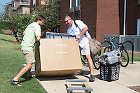 MVNU2MSU 2016. Move in action at Ruby Hall. <br /> (photo by Beth Wynn / &copy; Mississippi State University)