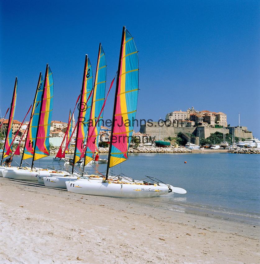 France, Corsica, Calvi: Beach with sailing boats, Governor's Palace and Citadel at background | Frankreich, Korsika, Calvi: Strand mit Segelbooten, im Hintergrund  Gouverneurspalast und  Festung