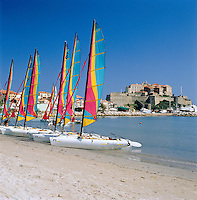 France, Corsica, Calvi: Beach with sailing boats, Governor's Palace and Citadel at background | Frankreich, Korsika, Calvi: Strand mit Segelbooten, im Hintergrund  Gouverneurspalast und  Festung