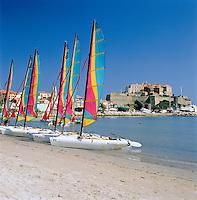 France, Corsica, Calvi: Beach with sailing boats, Governor's Palace and Citadel at background   Frankreich, Korsika, Calvi: Strand mit Segelbooten, im Hintergrund  Gouverneurspalast und  Festung