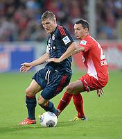Fussball  1. Bundesliga  Saison 2013/2014  4. Spieltag SC Freiburg - FC Bayern Muenchen        27.08.2013 Bastian Schweinsteiger (li, FC Bayern Muenchen) gegen Nicolas Hoefler  (SC Freiburg)