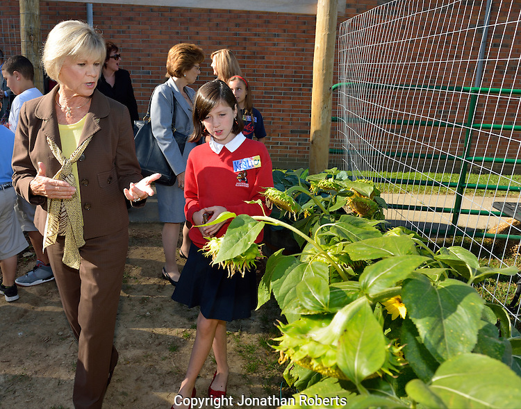 Hartstern Elementary Principal Duan Wright helps Kentucky First Lady Jane Beshear unveil the official sign at the Harstern Student Garden. The garden is the product of hardworking educators with a goal. The school enlisted support from parents/guardians and the business community. Hartstern's impressive garden is Kentucky's only elementary school Commonwealth Garden.