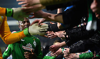 FUSSBALL   1. BUNDESLIGA   SAISON 2012/2013    20. SPIELTAG SV Werder Bremen - Hannover 96                           01.02.2013 Eljero Elia (SV Werder Bremen) bedankt sich nach dem Abpfiff bei den Fans in der Ostkurve
