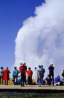 Old Faithfull geyser with tourists watching the eruption and steam foto, reise, photograph, image, images, photo,<br /> photos, photography, picture, pictures, urlaub, viaje, vacation, imagen, viagi, stock
