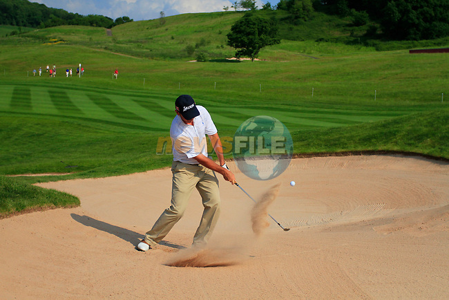 Gonzalez Fdez-Castano plays his 3rd shot from a bunker at the 15th green during the 2nd Day of The Celtic Manor Wales Open, 4th June 2010 (Photo by Eoin Clarke/GOLFFILE).