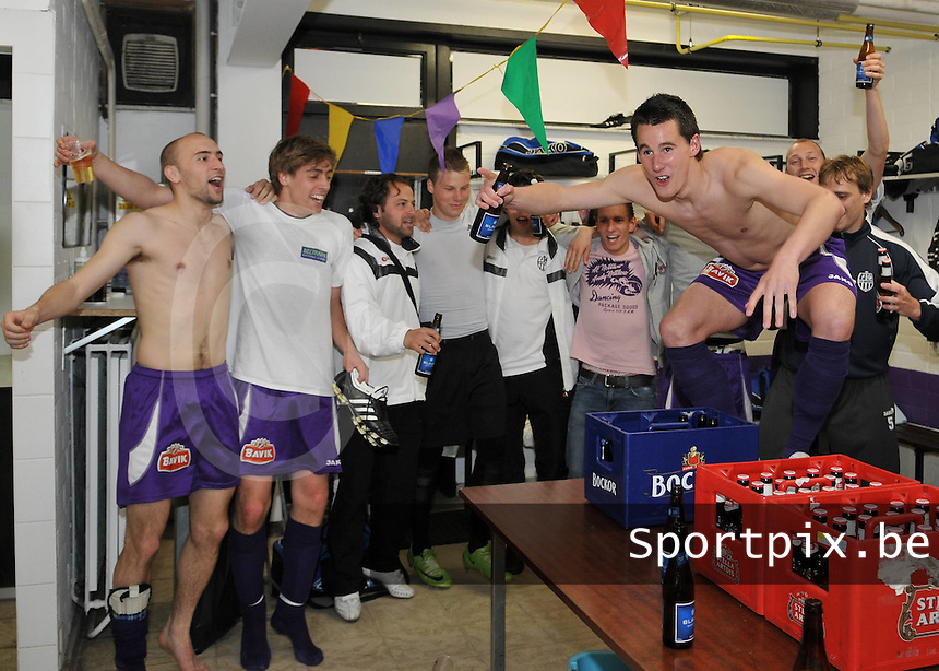 SWI Harelbeke - SK Londerzeel..vreugde in de kleedkamer van Harelbeke met op de tafel Jonathan Meerschman...foto David Catry / VDB